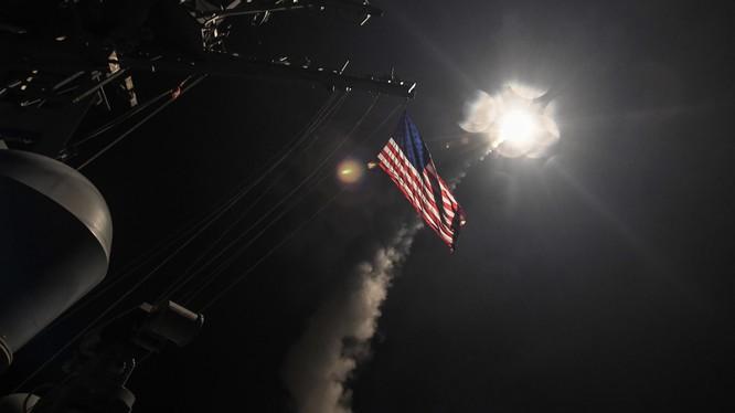 Khu trục hạm Mỹ phóng tên lửa Tomahawk hôm 7/4 tấn công căn cứ không quân Syria