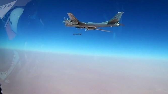 Máy bay Tu-95 phóng tên lửa tấn công mục tiêu