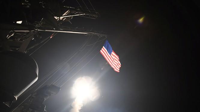 Khu trục hạm Mỹ phóng tên lửa tomahawk tấn công căn cứ không quân Syria hồi đầu tháng 4/2017