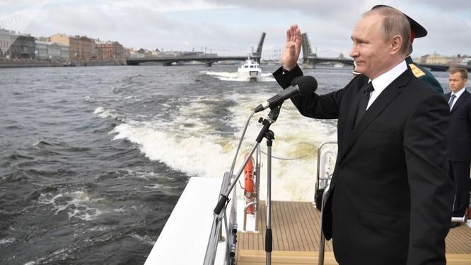 Tổng thống Putin trong lễ diễu binh hải quân Nga