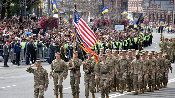 Binh sĩ NATO diễu binh tại Ukraine