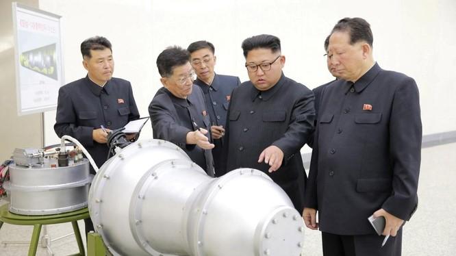 Nhà lãnh đạo Triều Tiên Kim Jong un quan sát vật được cho là quả bom H.