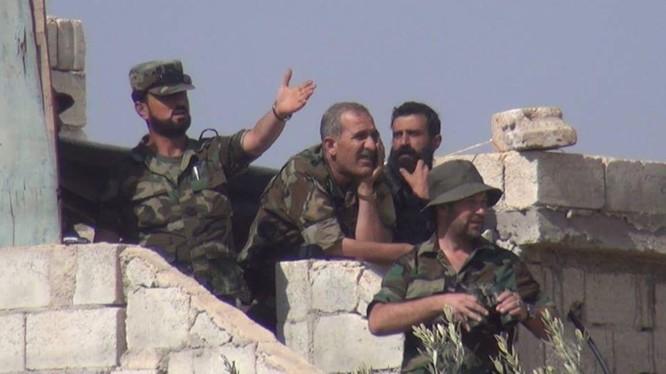 """Tướng chỉ huy lực lượng """"Hổ Syria"""" quan sát chiến trường. """"Hổ Syria"""" đã phá vây thành công tại Deir Ezzor. Ảnh: SF"""