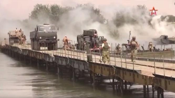 Quân đội Nga bắc cầu dã chiến vượt qua sông Euphrates tấn công IS