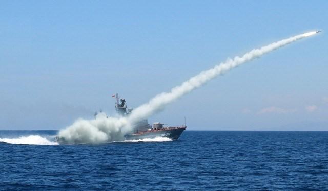 """Chiến hạm """"Tia chớp"""" của hải quân Việt Nam phóng tên lửa trên biển"""