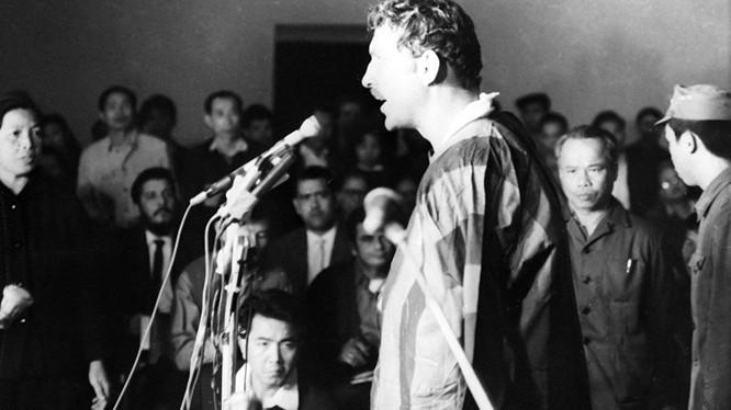 Phi công Mỹ bị bắn rơi và bắt làm tù binh ở miền Bắc Việt Nam