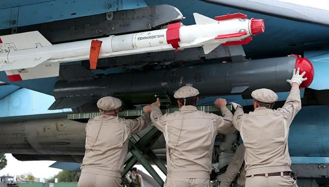 Binh sĩ Nga lắp vũ khí lên máy bay chuẩn bị xuất kích tại chiến tường Syria
