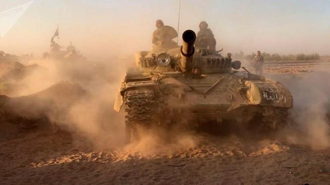 Xe tăng của quân đội Syria trên đường tấn công