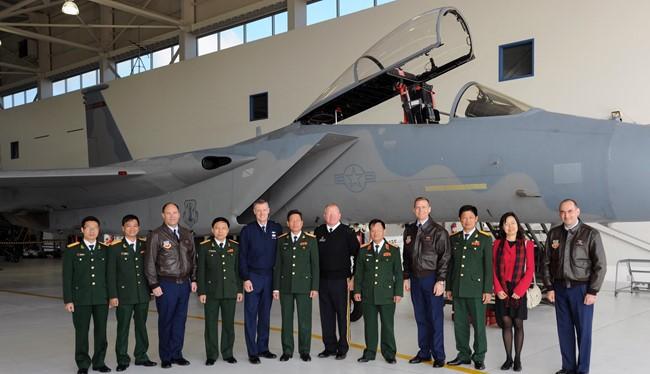 Phái đoàn quân sự Việt Nam thăm một đơn vị không quân Mỹ