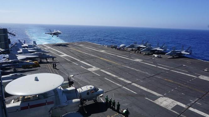 Chiến đấu cơ F-18 hạ cánh xuống tàu sân bay USS Carl Vinson trong chuyến tuần tra Biển Đông ngày 14/2/2018