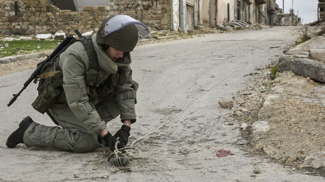 Lính công binh Nga đang rà phá mìn tại một khu vực vừa được giải phóng tại Syria