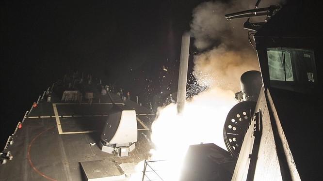 Khu trục hạm Mỹ phóng tên lửa Tomahawk tấn công căn cứ không quân Syria năm 2017 sau cáo buộc tấn công hóa học