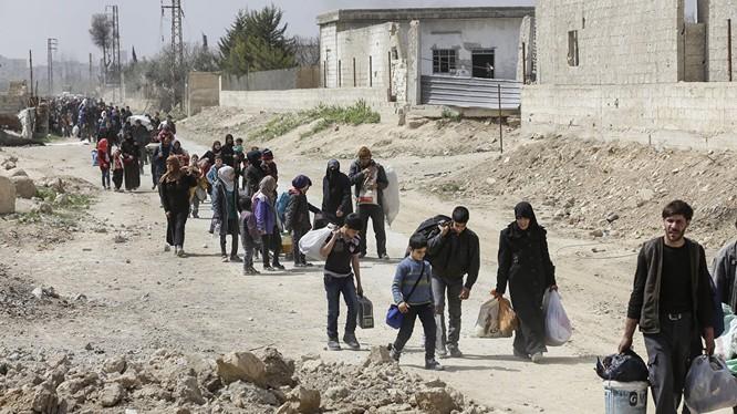 Dân thường Syria sơ tán ra khỏi Đông Ghouta theo hành lang nhân đạo do Nga và chính quyền Syria thiết lập
