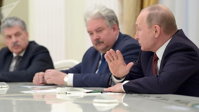 Ông Putin gặp gỡ các ứng viên tổng thống sau khi giành chiến thắng