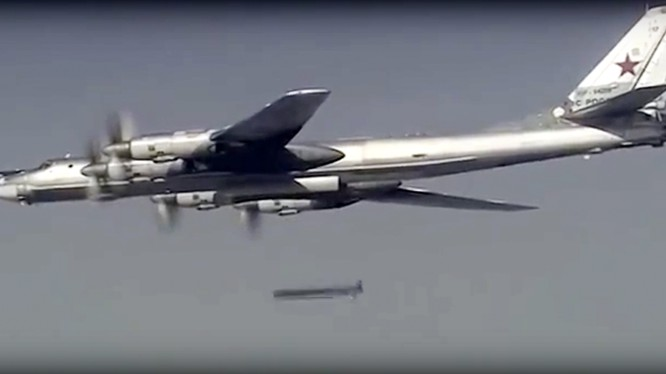 Máy bay ném bom chiến lược T-95 Nga phóng tên lửa hành trình tầm xa