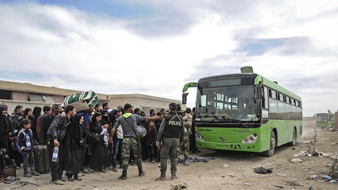 Phe thánh chiến đầu hàng lũ lượt lên xe buýt rời khỏi Đông Ghouta trong những ngày gần đây