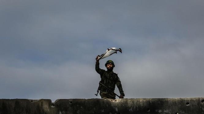 Binh sĩ Syria giương cờ chiến thắng ở Đông Ghouta-ngoại ô Damascus