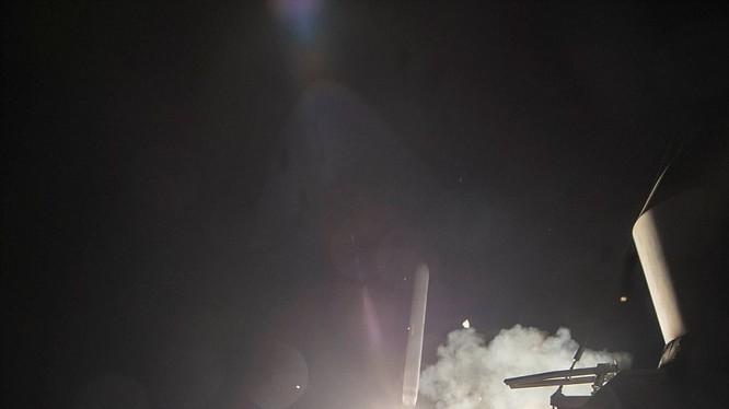 Khu trục hạm Mỹ phóng tên lửa Tomahawk tấn công căn cứ không quân Syria hồi năm 2017