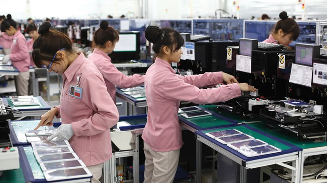 Nữ công nhân Việt Nam trong nhà máy sản xuất của Samsung