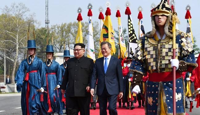 Chủ tịch Triều Tiên Kim Jong Un và Tổng thống Hàn Quốc Moon Jae-in trong sự kiện lịch sử hôm 27/4
