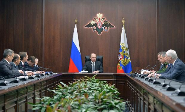 Tổng thống Nga Vladimir Putin họp với các tướng lĩnh quân đội
