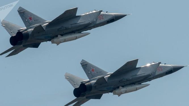 Tiêm kích đánh chặn tầm xa Mig-31 của Nga mang tên lửa Kinzhal