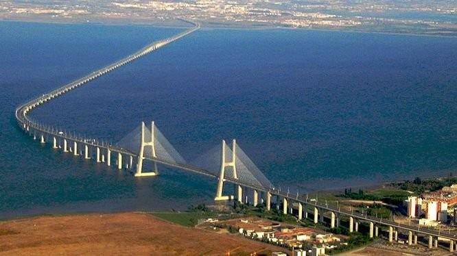 Cầu Kerch nối Nga với bán đảo Crimea vừa khánh thành