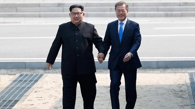 Ông Kim Jong Un và tổng thống Hàn Quốc Moon Jae In trong cuộc gặp lịch sử ở Bàn Môn Điếm