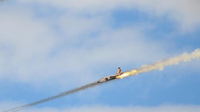 Cường kích Su-24 Nga khai hỏa diệt mục tiêu trên chiến trường Syria