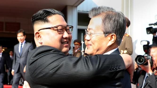 """Hai nhà lãnh đạo Triều Tiên và Hàn Quốc đã gặp lại nhau trong cuộc họp thượng đỉnh """"đột xuất"""" hôm 26/5"""