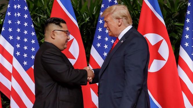 Cái bắt tay lịch sử giữa hai nhà lãnh đạo Triều Tiên và Mỹ ngày 12/6/2018