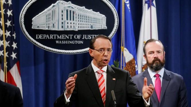 Thứ trưởng Bộ Tư pháp Mỹ Rod Rosenstein thông báo quyết định truy tố 12 nhân viên tình báo Nga vì can thiệp bầu cử Mỹ, Washington ngày 13/7.