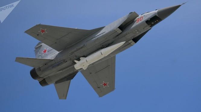 Tiêm kích đánh chặn tầm xa Mig-31 mang tên lửa Kinzhal