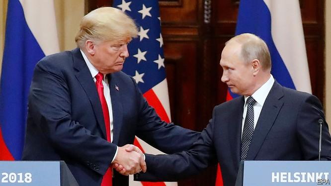 Thái độ hòa hoãn với Nga và ông Putin của tổng thống Trump khiến nhiều người ở Mỹ tức giận