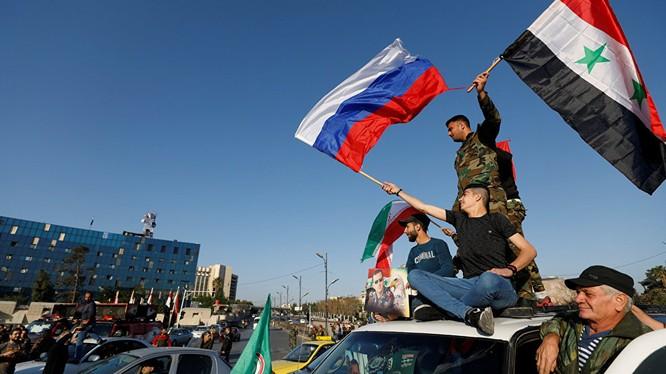 Người dân ăn mừng chiến thắng của quân đội Syria