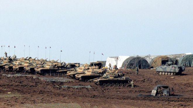 Dàn xe tăng Thổ Nhĩ Kỳ trong một đợt triển khai quân gần biên giới Syria