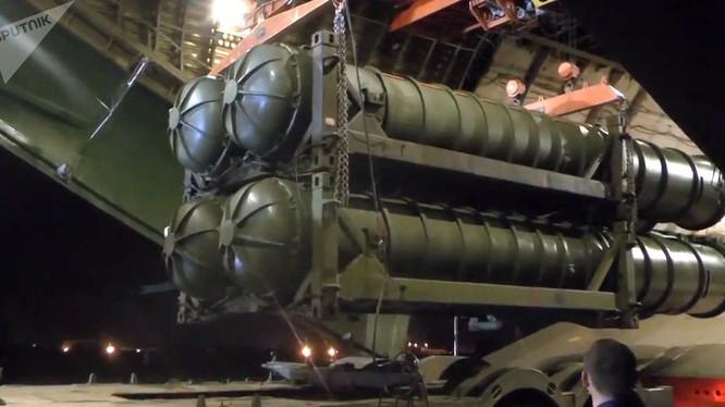 Nga công bố hình ảnh bốc dỡ tổ hợp tên lửa S-300 chuyển giao cho đồng minh Syria