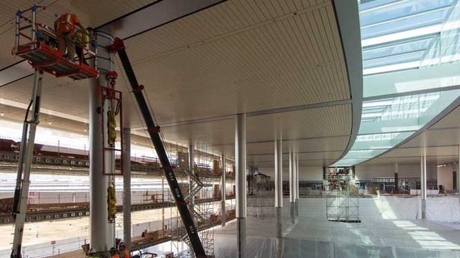 Các nguồn tin nói rằng khu nhà ăn của tòa nhà có sức chứa tới 2.800 nhân viên. Dãy ghế ngồi ngoài trời có thể chứa tới 4.000 nhân viên hoặc hơn.