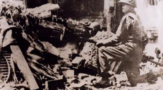 """Hình ảnh anh Vệ Quốc quân ôm bom ba càng """"quyết tử cho Tổ quốc quyết sinh"""""""