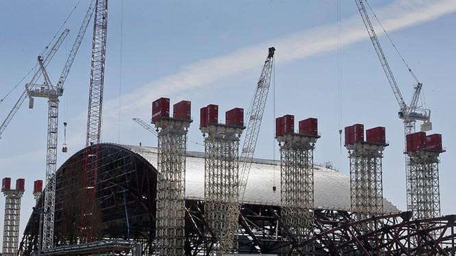 """Cấu trúc mái vòm khổng lồ để """"giam"""" phóng xạ tại Chernobyl. Ảnh: Gizmodo"""