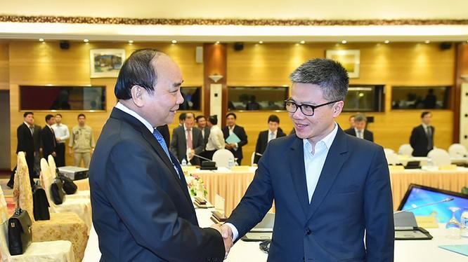 Thủ tướng Nguyễn Xuân Phúc và Giáo sư Ngô Bảo Châu tại hội nghị bàn tròn ngày 13/12. Ảnh: Quang Hiếu