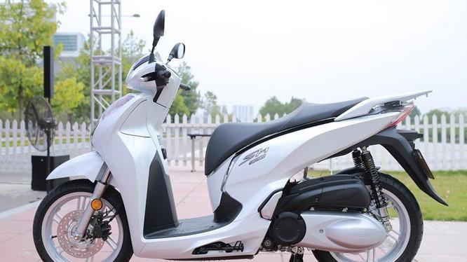 8 tháng sau khi xuất hiện tại triển lãm Vietnam Motorcycle Show 2016, mẫu scooter cao cấp Honda SH 300i ABS nhập khẩu từ Italy đã được bán chính hãng ở Việt Nam.