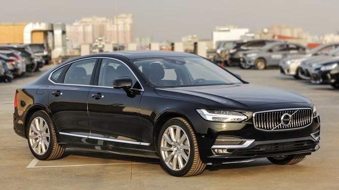 S90 là mẫu sedan mới nhất của Volvo được bán ra thị trường hồi cuối năm 2016. Trước đó, dòng xe này đã nhận được những đánh giá tích cực về thiết kế và công nghệ, với giải thưởng xe thương mại có thiết kế ấn tượng nhất năm 2015.