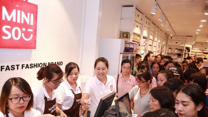 Dòng người chen nhau mua hàng Miniso tại Hà Nội