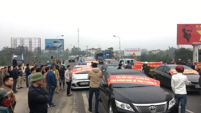 Người dân chặn cầu Bến Thủy ngày 3/12/2016