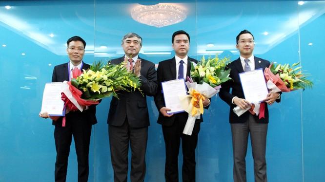 Thứ trưởng Bộ TT&TT Nguyễn Minh Hồng trao quyết định bổ nhiệm Phó Cục trưởng Cục Báo chí cho ông Đặng Khắc Lợi (ngoài cùng bên trái), ông Hoàng Minh Tiến (ngoài cùng bên phải) và ông Lê Ngọc Bảo.