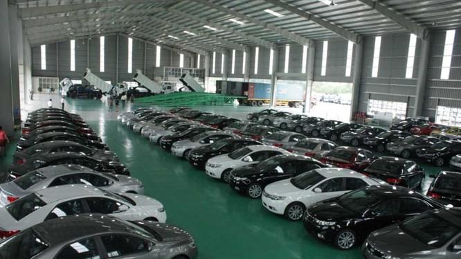 Một kho đỗ ô tô chờ kiểm tra của Hải quan