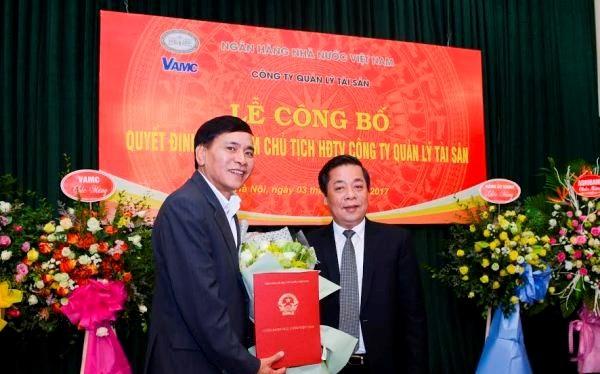 Phó Thống đốc Nguyễn Kim Anh trao Quyết định bổ nhiệm Chủ tịch HĐTV VAMC cho ông Nguyễn Tiến Đông (trái). (Nguồn: Ngân hàng Nhà nước)