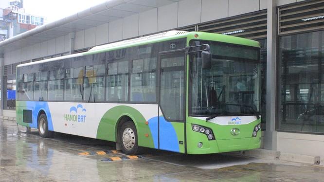 Xe buýt BRT 01 tại bến Kim Mã - (Ảnh Quang Vững)