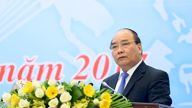 Thủ tướng Nguyễn Xuân Phúc dự và phát biểu tại Hội nghị trực tuyến tổng kết công tác năm 2016 và triển khai nhiệm vụ năm 2017 ngành công thương.